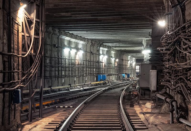 Conexión de vías ferroviarias en el túnel subterráneo del metro