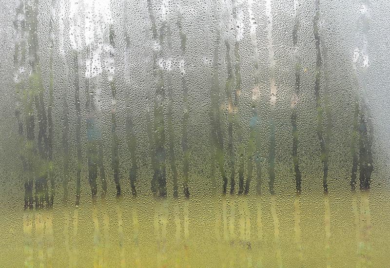 Ventana de plástico defectuosa con condensación