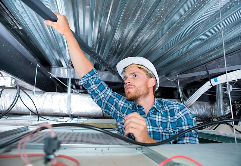 un cableado artesano en el techo